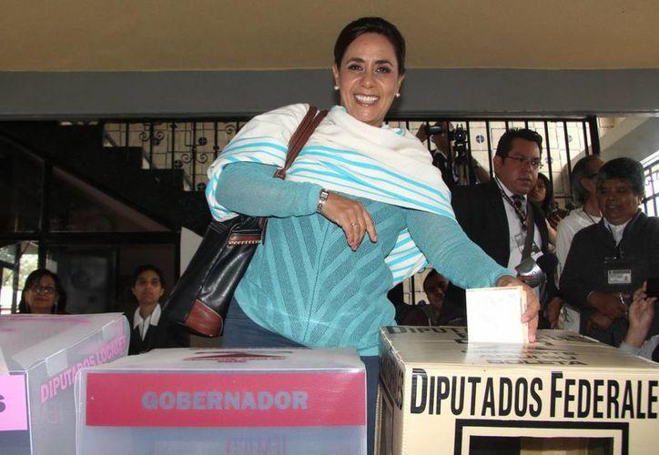 Luisa María 'Cocoa' Calderón, hermana del expresidente Felipe Calderón y candidata al gobierno de Michoacán, tras emitir su voto. (Fotos: Notimex)