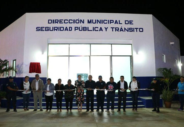 Cortaron el listón inaugural las autoridades municipales. (Raúl Balam/SIPSE)