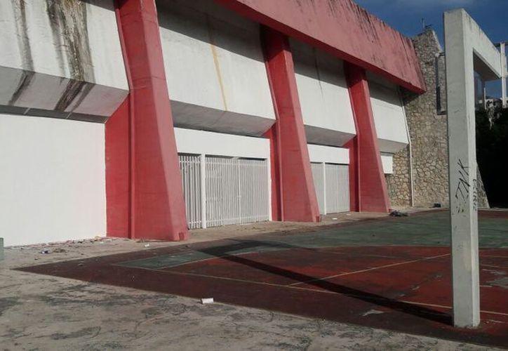 Los andamios vacíos reflejan lo inconcluso de las actividades. (Miguel Maldonado/SIPSE)