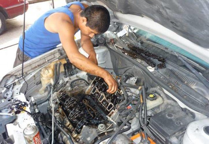 Indudablemente, la mecánica es un oficio en el que se ven pocas mujeres. (Agencias)