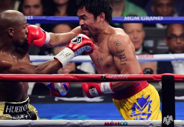 Manny Pacquiao (d) dice que su equipo ya se ha dado a la tarea de pactar otro duelo ante Mayweather (i); sería su último combate para luego dedicarse de lleno a su carrera política. (elconfidencial.com)