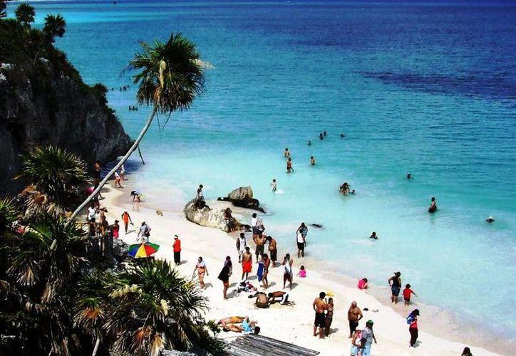 """Durante el primer domingo de la temporada de Semana Santa, cientos de bañistas acudieron a darse un """"remojón"""" a las playas.  (Rossy López/SIPSE)"""