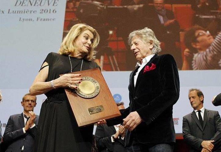 La actriz Catherine Deneuve recibió el máximo reconocimiento de Cine francés de manos del director Roman Polanski.(EFE)