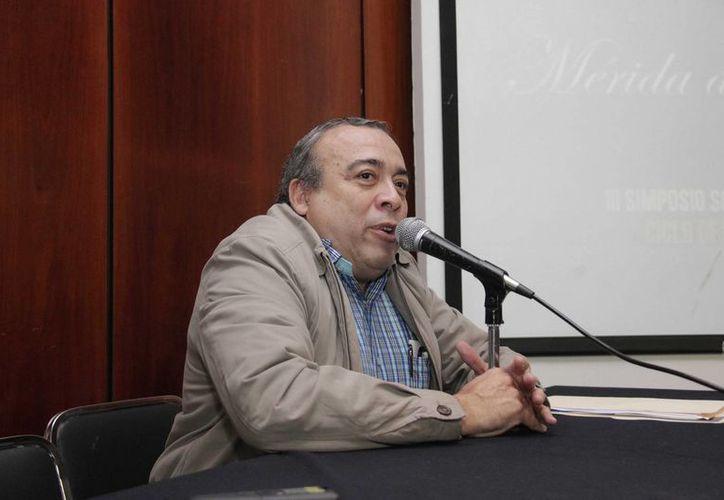 El investigador José Luis Vargas Aguilar durante su ponencia 'La vida desconocida de Pedro Infante en Mérida'. (SIPSE)