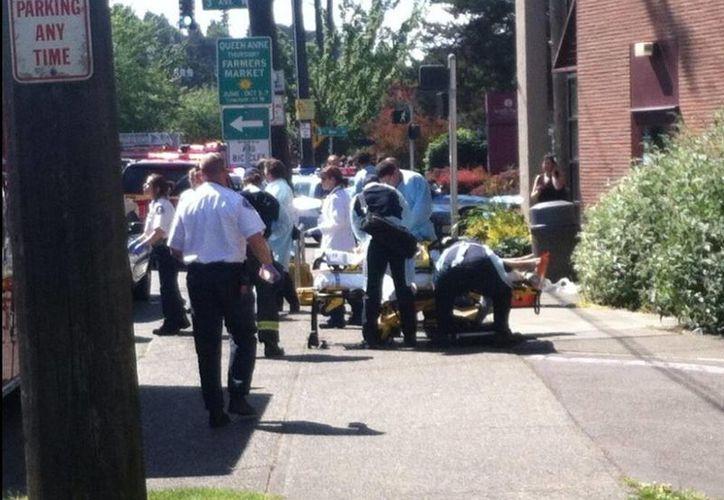 Imagen de los paramédicos atendiendo a los heridos del tiroteo.(twitter.com/DavidRoseQ13FOX)