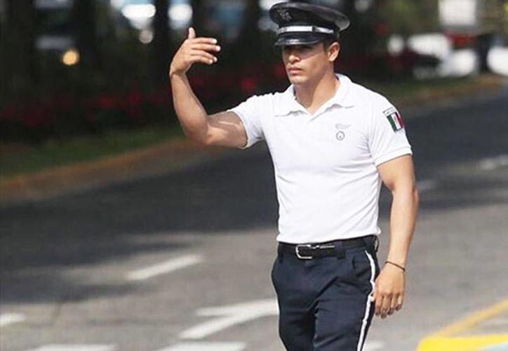 Sergio Ramírez, de 30 años, no es típico policía mexicano. El agente ha sido fotografiado y su imagen circula profusamente en las redes sociales. (Excélsior)