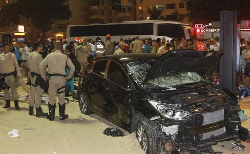 Al menos 15 personas resultaron heridas este jueves cuando un conductor invadió el paseo de la playa de Copacabana. (Foto: La Nación)