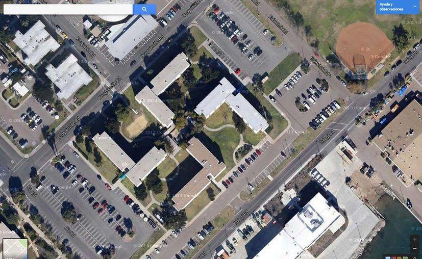La imagen de un edificio con forma de esvástica de la base naval de San Diego, California, EU, provocó una gran polémica que en 2009 llevó a la Armada Estadounidense a plantearse remodelar el complejo. (RT)