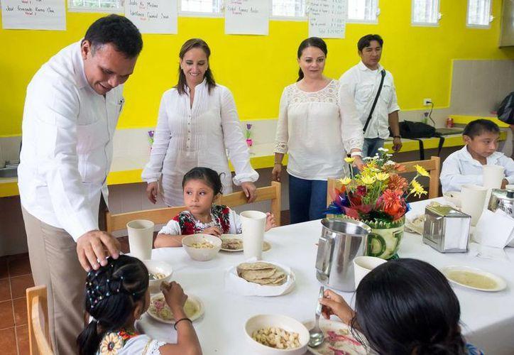 """Rolando Zapata Bello recorrió las instalaciones del Albergue Escolar Indígena """"Dr. Alfonso Caso"""" de Tahdziú. (Milenio Novedades)"""