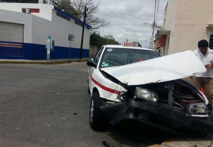 Así quedó un taxi luego de estrellarse contra un costado de un camión de pasajeros en Mérida. (Foto: Fátima Ramírez/Milenio Novedades)