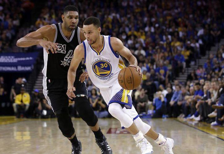 Stephen Curry(30) fue fundamental en el partido tras conseguir 27 puntos, respaldado de Harrison Barnes con 21.