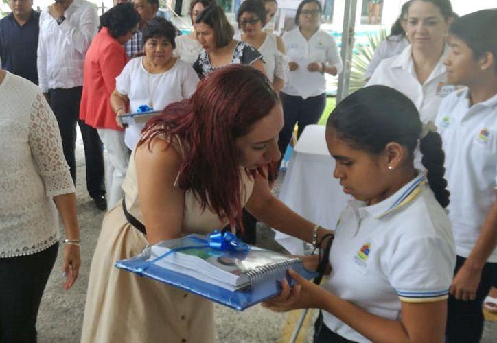 Autoridades educativas entregaron libros a alumnos de kínder, primaria, secundaria y de una escuela de educación especial. (Pedro Olive/SIPSE)