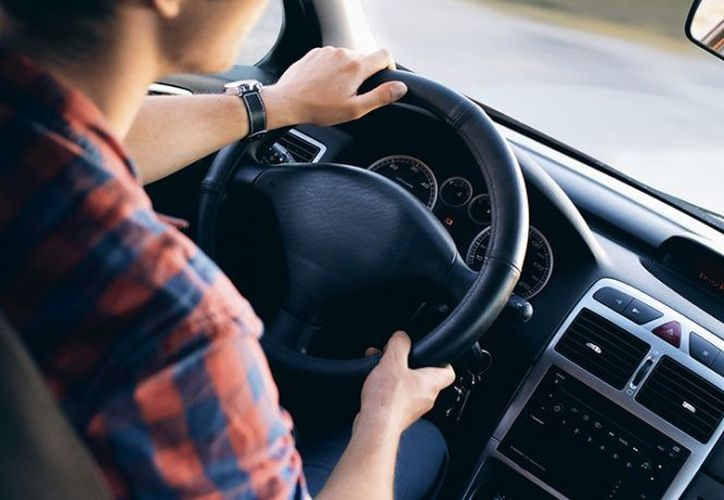 Un conductor, de 24 años de edad, atropelló y mató a un niño cuando conducía mientras revisaba el celular, en Estados Unidos. (Pexels)