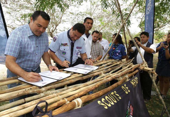 El alcalde meridano, Renán Barrera Concha, renueva el convenio de colaboración la Asociación de Scouts de México. (SIPSE)