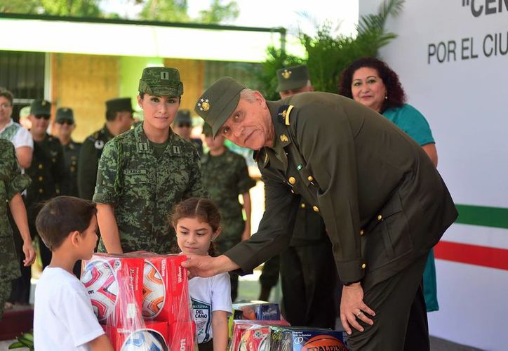 Cienfuegos se comprometió a visitar nuevamente la escuela 'Centenario del Ejército'. (SIPSE)