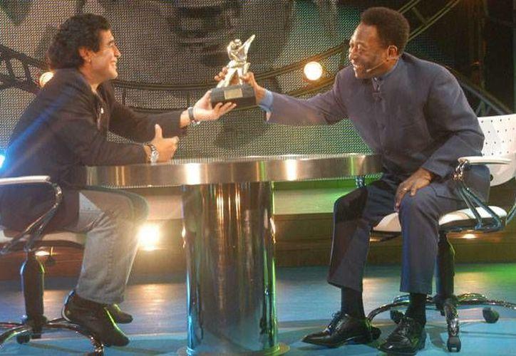 Maradona (i) y Pelé durante un programa conducido por este último en Brasil. (diaadia.com.ar)
