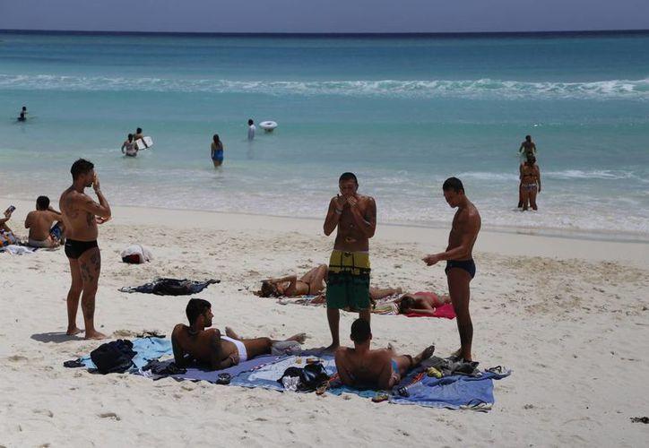 Tratan de mantener un ancho ideal de las playas para el disfrute de los vacacionistas. (Israel Leal/SIPSE)