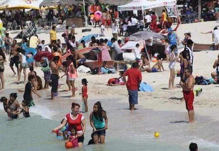 Un ejemplo de lo animada que estuvo la jornada dominical en playas de la costa norte de Yucatán. (Óscar Pérez/SIPSE)