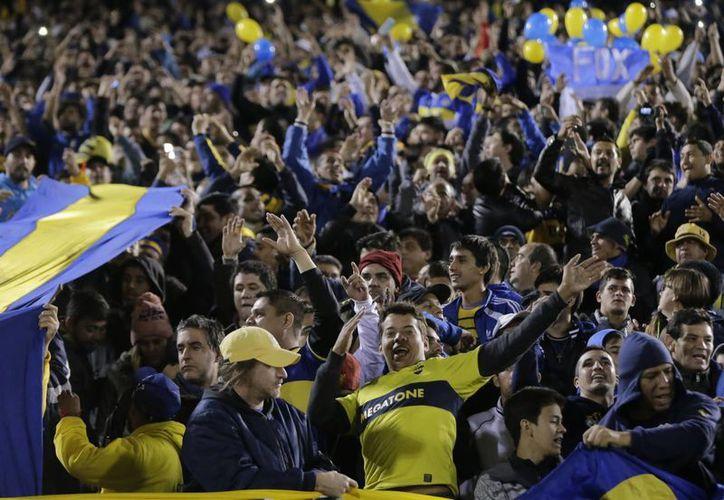 Fotografía de un grupo de aficionados del equipo de Boca Juniors de Argentina, antes del partido de fútbol contra el Cerro Porteño de Paraguay, de la Copa Libertadores en Asunción. (Foto AP / Jorge Sáenz)