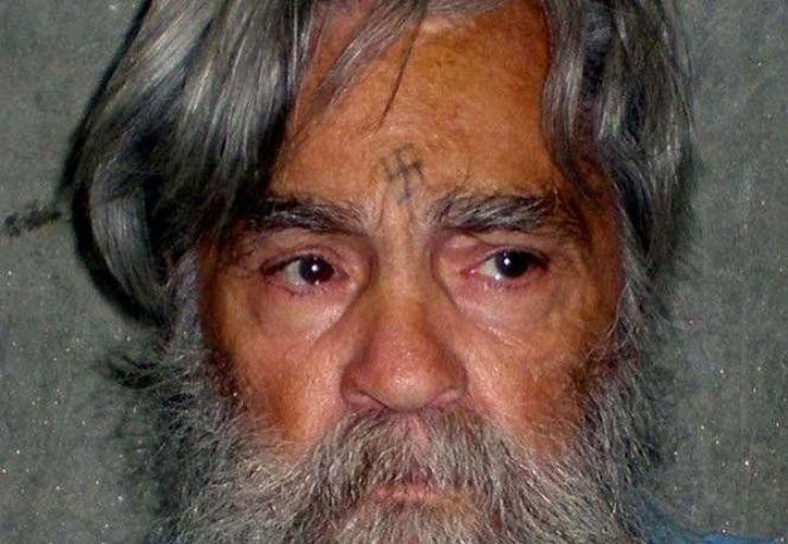 Manson, de 82 años, suma centenares de sanciones por mal comportamiento en la cárcel, donde también se grabó en el entrecejo un tatuaje en forma de svástica. (Excélsior)