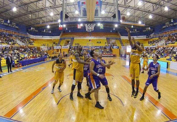 Los campeones de América frenaron el juego vertical de los Capitanes de Arecibo, quienes buscaban su segundo triunfo para irse a la final de la Liga de las Américas. (Cortesía/FIBA Americas)