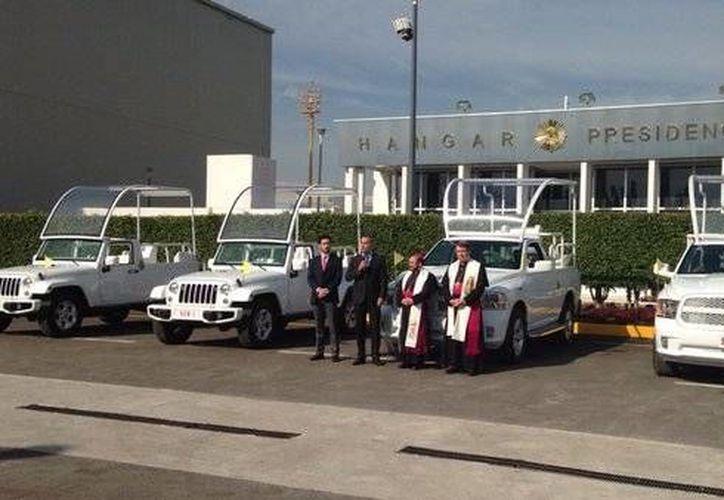 La bendición de los vehículos se realizó en el hangar presidencial. (twitter.com/IglesiaMexico)