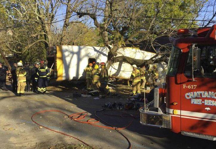 Unas 23 personas fueron hospitalizadas por el accidente de un autobús escolar en Chatanooga, en el estado de Tennessee. (Bruce Garner/Departamento de Bomberos de Chattanooga)