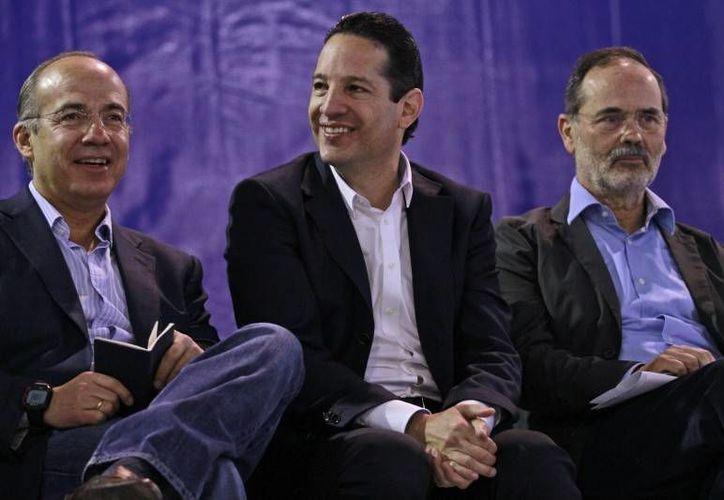 Francisco Domínguez, quien aparece flanqueado por el expresidente Felipe Calderón (i) y el líder nacional del PAN, Gustavo Madero, podría convertirse en gobernador de Querétaro este domingo. (rotativo.com.mx)