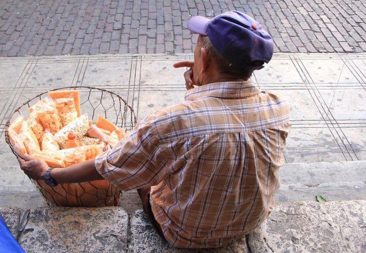 Algunas personas de la tercera edad se ganan el sustento diario trabajando en condiciones poco aptas para su avanzada edad. (Milenio Novedades)