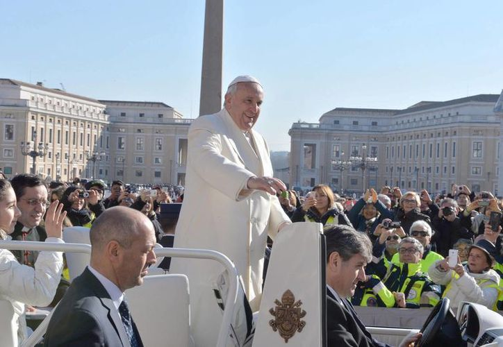 El Papa Francisco saluda a los fieles durante la audiencia general de los miércoles celebrada este 18 de febrero de 2015 en la plaza de San Pedro en el Vaticano. (EFE)