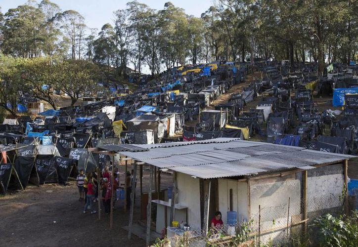 Uno de los aspectos que abarca el estudio de esta organización es el impacto del Mundial y los Juegos Olímpicos sobre la vivienda, algo que, según sus pesquisas, significó el desalojo forzoso de alrededor de 250,000 brasileños. (EFE/Archivo)