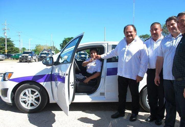 El alcalde Eduardo Espinosa Abuxapqui entregó un vehículo para las operaciones de la Unidad de Atención a Víctimas. (Cortesía/SIPSE)