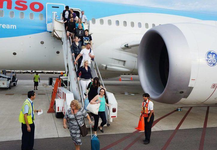 El nuevo avión Dreamliner 787 con la ruta Londres y Manchester-Puerto Vallarta llegó con  290 turistas. (Notimex)