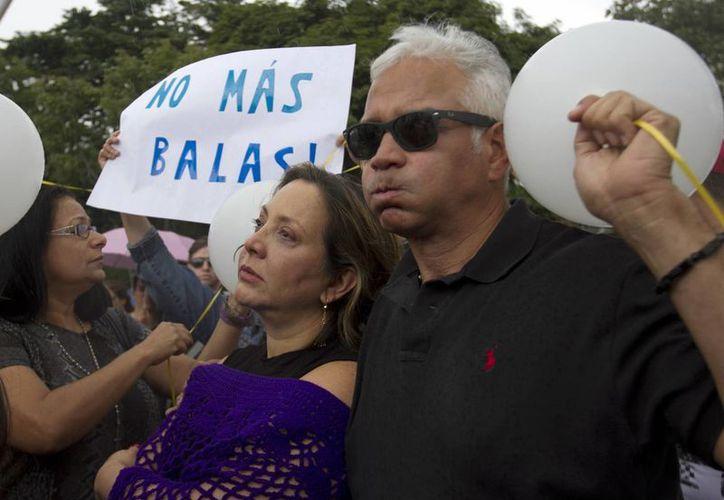 La actriz Elba Escobar y su esposo Francisco Oilvares durante una protesta por el asesinato Mónica Spear y su ex marido Henry Thomas Berry. (Agencias)