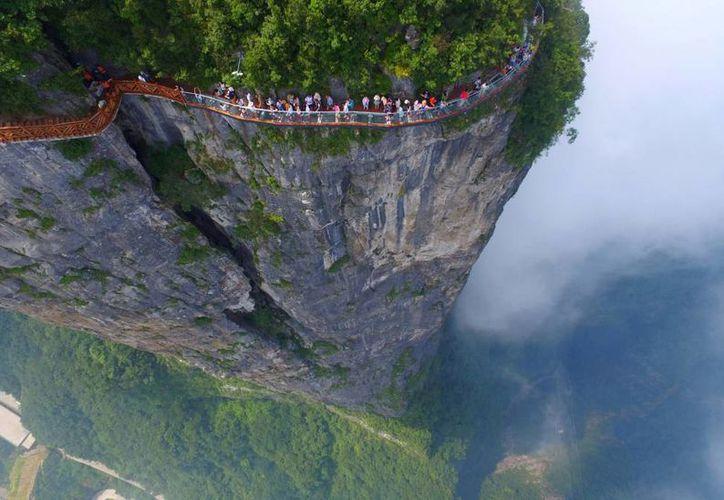 Esta es la tercera pasarela de cristal que alberga el parque de China. (Reuters).