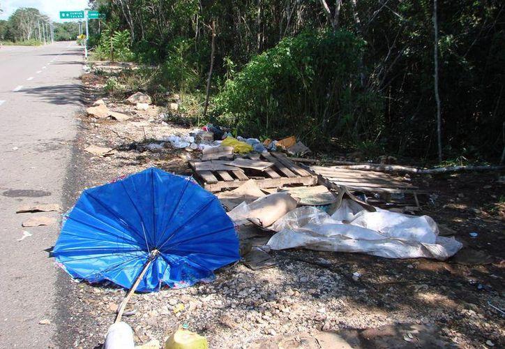 Campesinos denunciaron que los profesores dejaron tirada su basura. (Manuel Salazar/SIPSE)