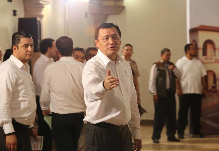 El secretario de Gobernación, Miguel Ángel Osorio Chong, respondió al reportaje publicado en la revista Proceso por medio de Twitter. (Archivo/Notimex)