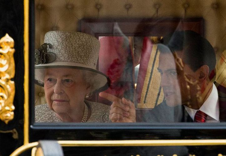 La reina Isabel II recibió al presidente de México, Enrique Peña Nieto, en el Palacio de Buckingham. (AP)