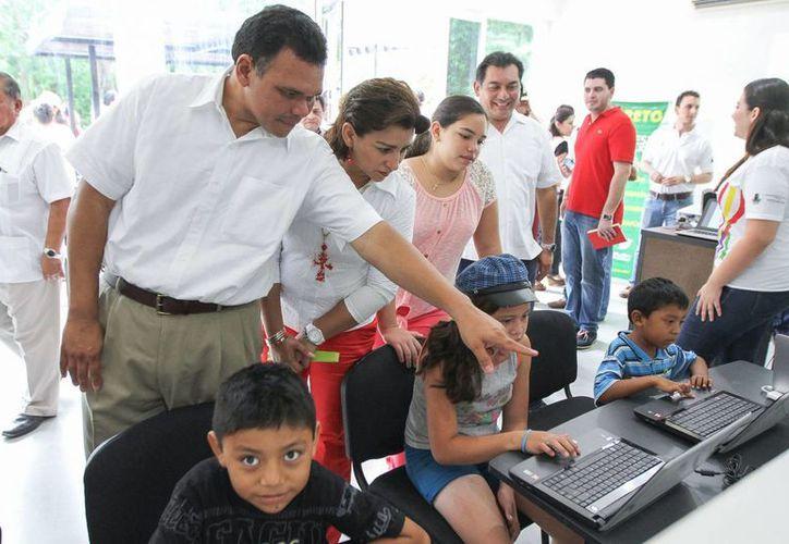 El gobernador Rolando Zapata y su esposa Sarita Blancarte durante un recorrido por el nuevo espacio. (SIPSE)