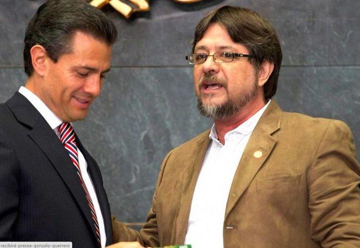 En la imagen, Jesús Manuel Aldrete Terrazas saludando al presidente de México, Enrique Peña Nieto. (Cortesía/SIPSE)