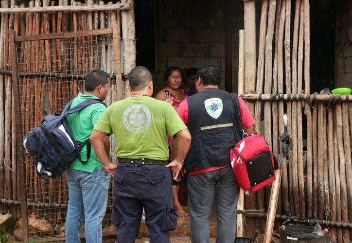 Las brigadas de Protección Civil comenzaron desde temprano para informar a los pobladores sobre los refugios. (Imágenes de José Acosta/Milenio Novedades)