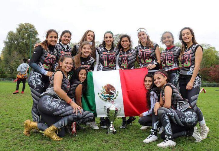 La selección azteca que conquistó el título en el IV Tazón Internacional Pink Bowl, en Rotterdam, Holanda. (Ángel Villegas/SIPSE)