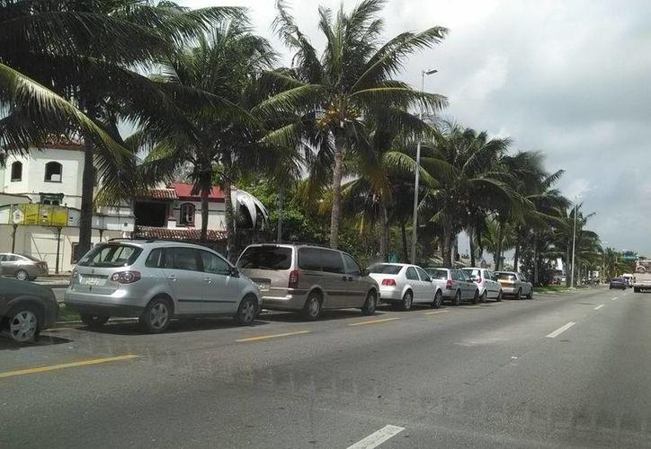 En los períodos vacacionales de Semana Santa, aumenta de 250 mil a 320 mil los automovilistas en Cancún. (Tomás Álvarez/SIPSE)
