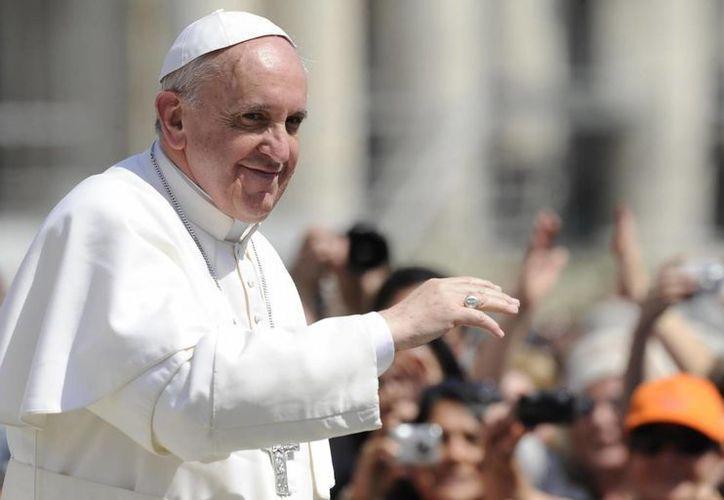 El Papa Francisco ya tiene dos camisetas de equipos de futbol en su haber: del San Lorenzo y del Barcelona. (EFE)