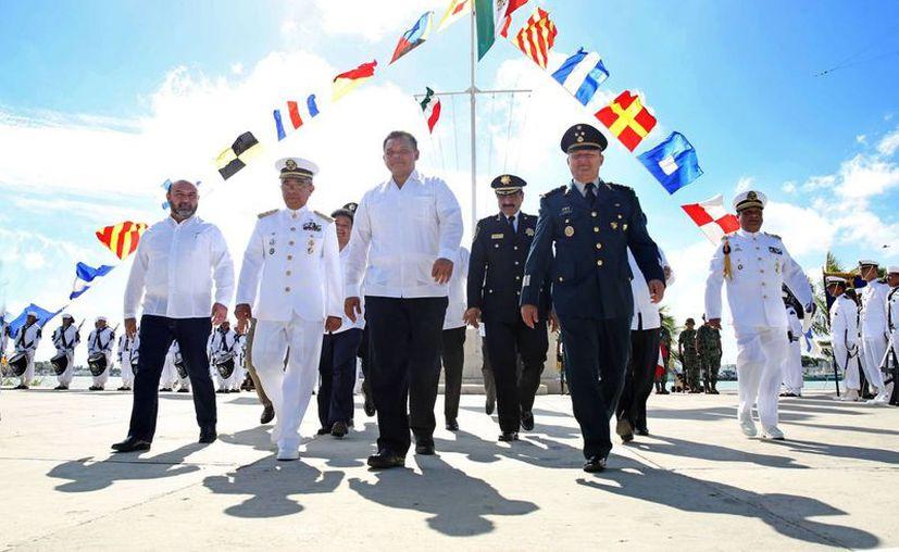 Entre sus actividades del domingo, el gobernador Rolando Zapata Bello participó en actos con motivo del Día de la Armada. (SIPSE)