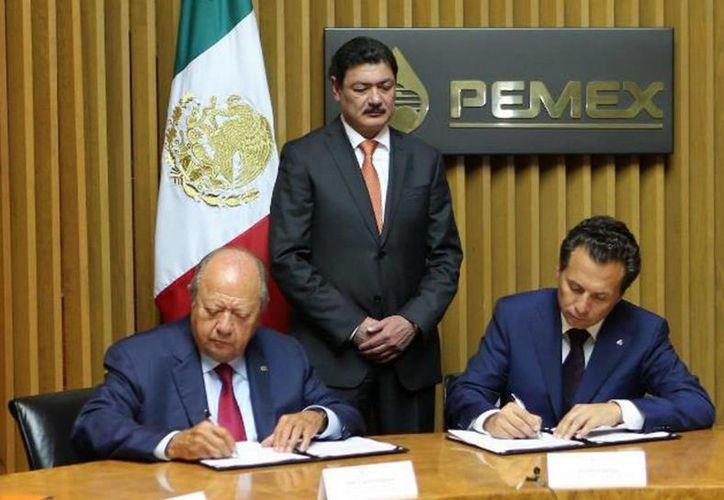 Petróleos Mexicanos y el Sindicato de Trabajadores Petroleros de la República Mexicana (Stprm) acordaron un aumento al salario ordinario de 3.99 por ciento y de 1.75 por ciento en prestaciones. (Notimex)