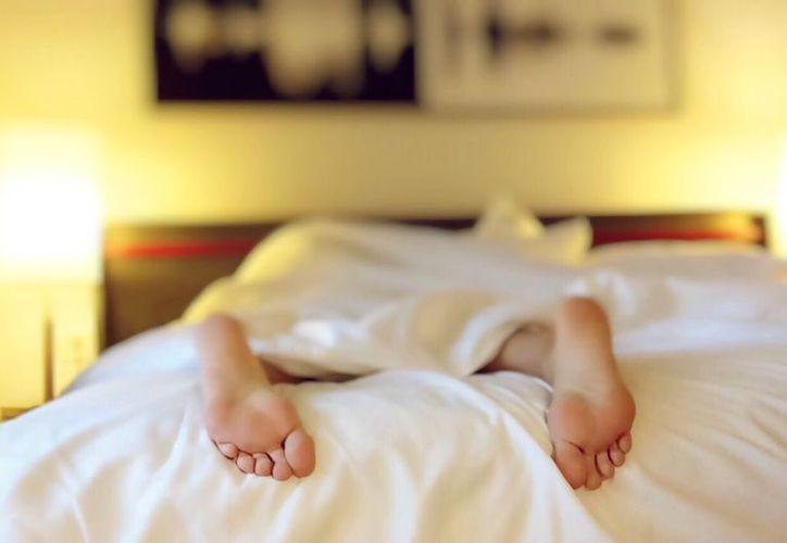 Las personas que están constantemente somnolientas podrían desarrollar Alzheimer. (Pexels)