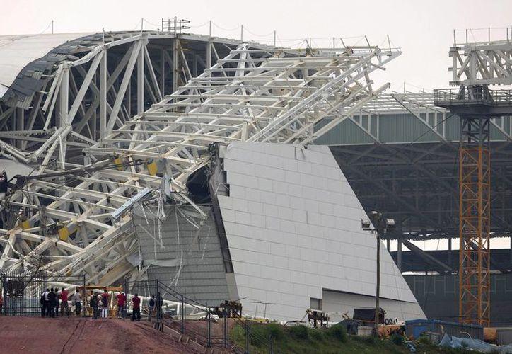 Continúan las pesquisas sobre las causas del derrumbe en el Arena Corinthians. (Agencias)