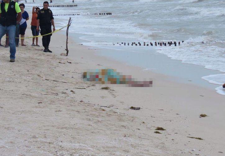 El cuerpo sin vida del infortunado hombre de 53 años de edad que se ahogó al intentar rescatar a su hijo, en Chuburná Puerto. (Gerardo Keb/SIPSE)