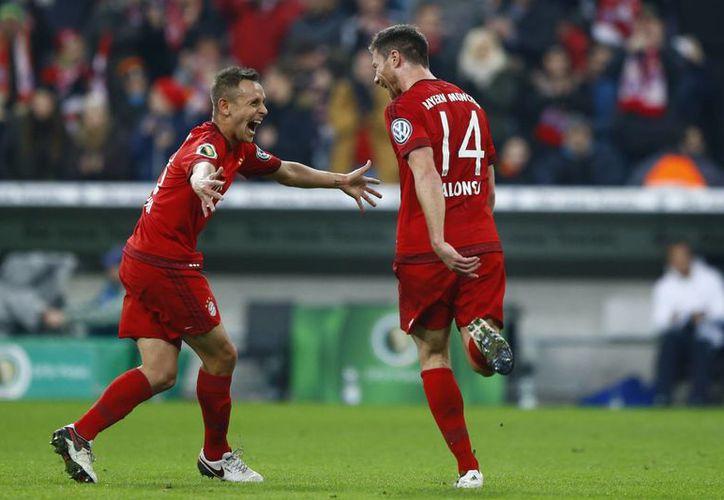 El español Xabi Alonso (14) celebra el gol con el que su equipo venció este martes al Darmstadt 98  en los octavos de final de la copa alemana. (AP)